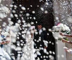 Fotografia del lancio del riso agli sposi come buon auspicio