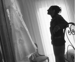 Foto della sposa che ammira il suo abito