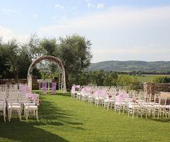 Allestimento per la cerimonia di nozze all'aperto