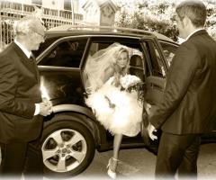Sposa mentre scende dalla macchina