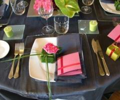 Allestimento dei tavoli per gli invitati