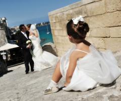 Foto della damigella che guarda gli sposi