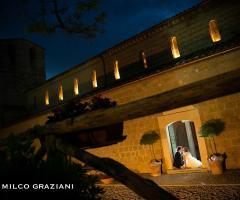 Gli sposi nella location di sera