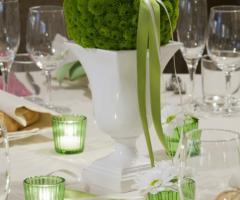 Allestimento floreale in verde per i tavoli di matrimonio