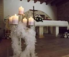 Allestimento floreale con piume per la chiesa