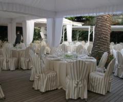 Tavoli per il ricevimento di matrimonio a bordo piscina