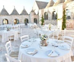 Masseria Grieco - L'allestimento dei tavoli all'aperto