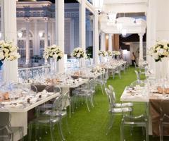 Lo Smeraldo Ricevimenti - I tavoli vicino alla piscina
