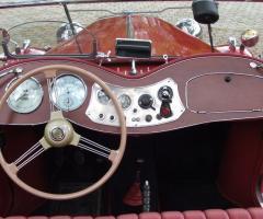 Interno dell'auto d'epoca rossa