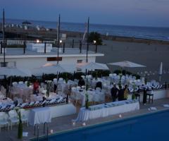 Ricevimento di matrimonio a bordo piscina