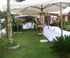 Preparazione tavoli e buffet per l'aperitivo di matrimonio
