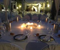 Tavoli illuminati per un banchetto serale