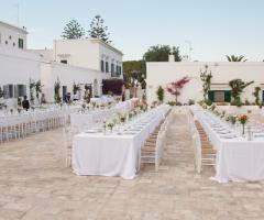Masseria San Nicola - Allestimento dei tavoli all'esterno