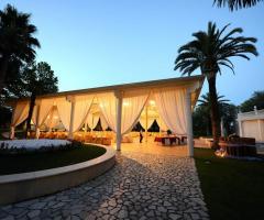 I Giardini della Corte - Gazebo allestito per un ricevimento di nozze serale