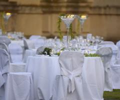 Opere di fata - Allestimento dei tavoli in bianco