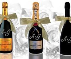 Bottiglie personalizzate con le iniziali e i nomi degli sposi per il matrimonio