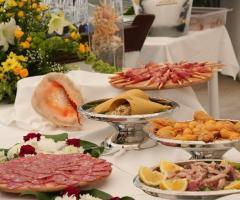 Il tavolo degli antipasti al buffet di nozze