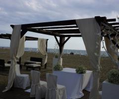 Allestimento della cerimonia nuziale sulla spiaggia
