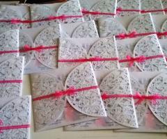 Partecipazioni e Coordinati di Tonia D'Adderio - Ricami in fiocco rosa