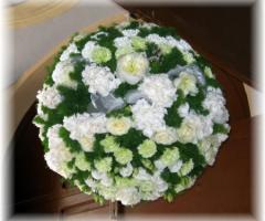 Addobbo floreale per la location di nozze a forma di sfera