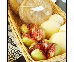 Melograno e formaggio tipici