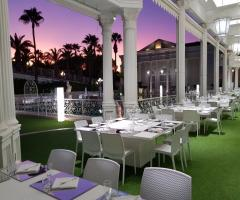 Lo Smeraldo Ricevimenti - I tavoli a bordo piscina
