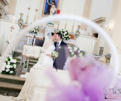 Fotografia del bacio degli sposi in chiesa