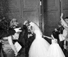 Fotografia degli sposi all'uscita dalla chiesa