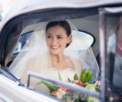 Fotografia della sposa nella macchina da cerimonia