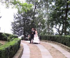 Castello di Cortanze - Gli sposi nel giardino