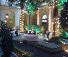 Chiostro interno della location con illuminazione