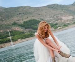 Fotografia della sposa mentre si allaccia lo stivale