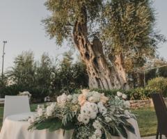 Casale San Nicola - L'addobbo floreale del tavolo degli sposi