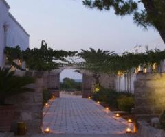 Masseria Torre Maizza - Corridoio illuminato al tramonto per accedere al ristorante