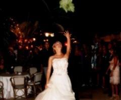 Foto del lancio del bouquet della sposa