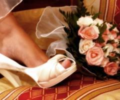 Fotografia con particolare delle scarpe e del bouquet della sposa