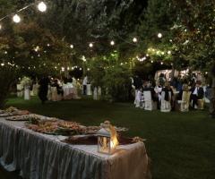Matrimonio con luci soffusi in giardino