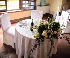 Castello di Cortanze - Gli addobbi floreali al tavolo degli sposi