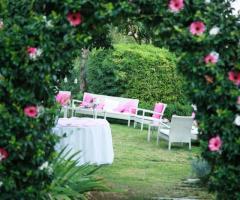 La Terra degli Aranci - Angolo di relax allestito con cuscini bianchi e rosa