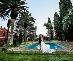 Gli sposi a bordo piscina