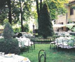 Tavoli per il buffet di nozze in giardino