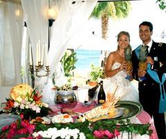 Gli sposi felici durante il ricevimento di matrimonio
