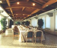 Allestimento tavoli per il buffet nuziale