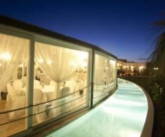 Sala con piscina intorno