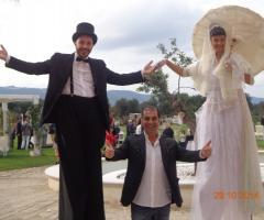 Intrattenimento con trampolieri al matrimonio