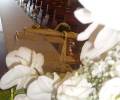 Rose, orchidee e nebbiolina bianca per la chiesa