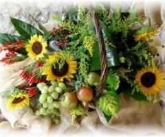 Cesto decorativo con firi e frutta
