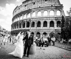 Foto degli sposi in passeggio per Roma