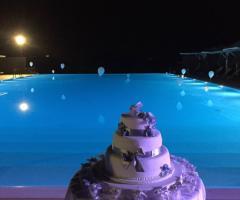 Casale del Murgese - La torta nuziale a bordo piscina
