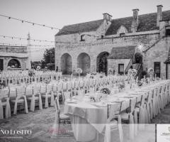 Masseria Bonelli - L'allestimento all'esterno in bianco e nero